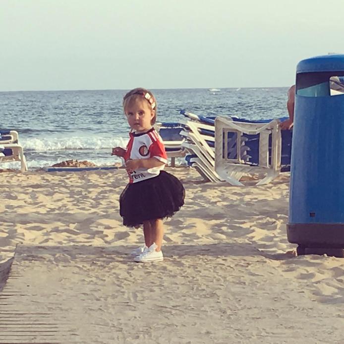 De kleine Aliz (1) uit Schiedam steelt de show met haar geweldige Feyenoord-outfit op het volgens haar moeder Jeanine 'bloedhete' strand van Benidorm.