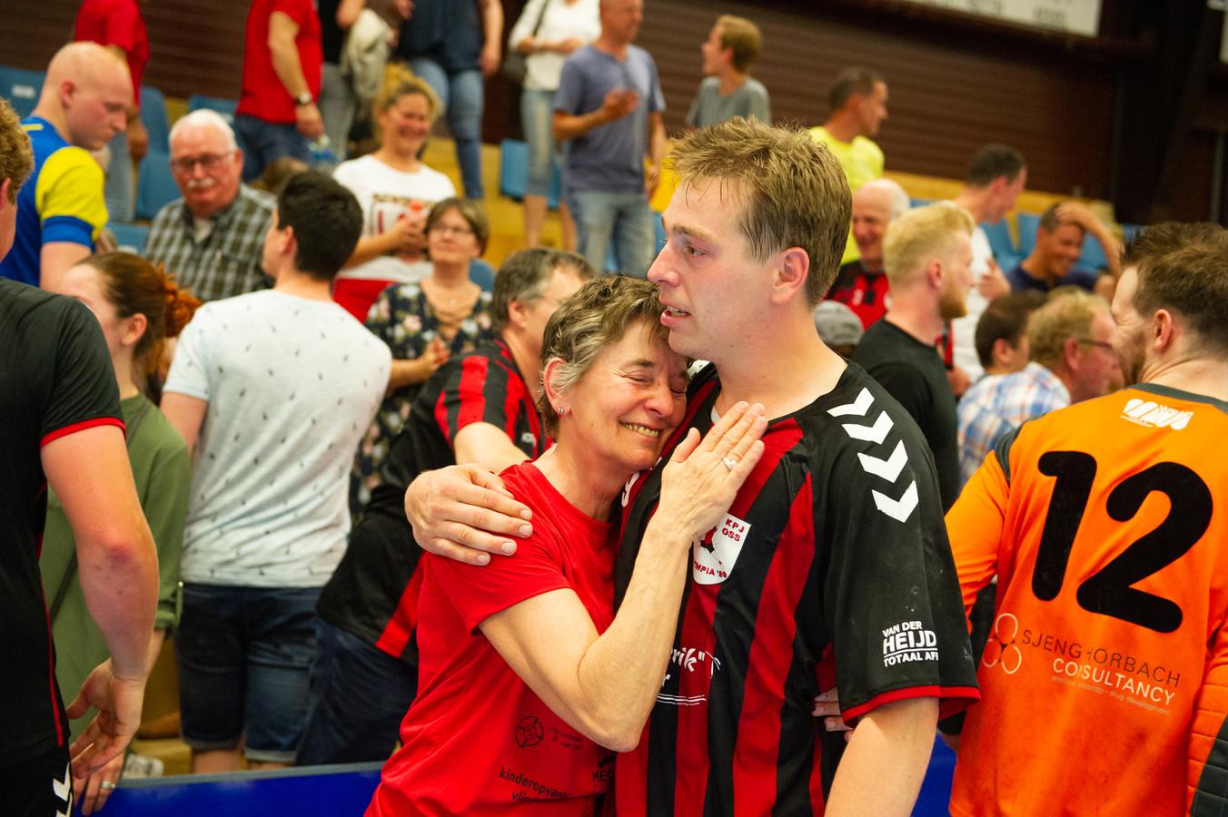 Harm van Iperen en moeder Mieke vieren de promotie van de handballers van Olympia'89 naar de eredivisie. Dit gebeurde zaterdag in een wedstrijd bij Bevo in Panningen.
