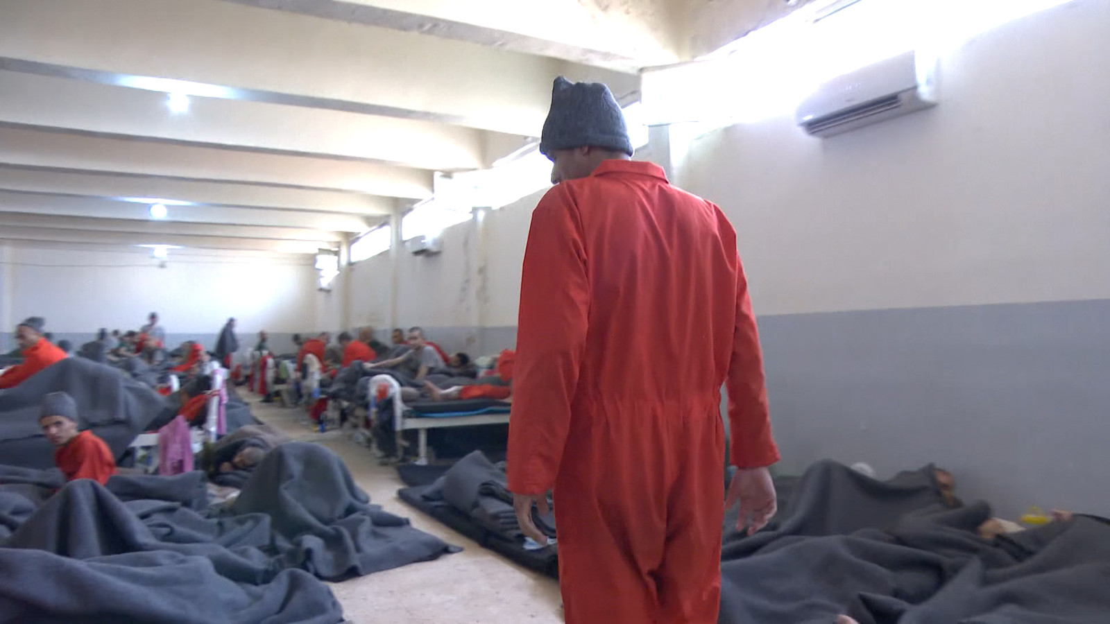 Abdellah Nouamane se promène dans l'infirmerie de la prison.