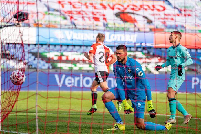 Vlak voor rust vliegt de 1-0 van Feyenoord binnen.