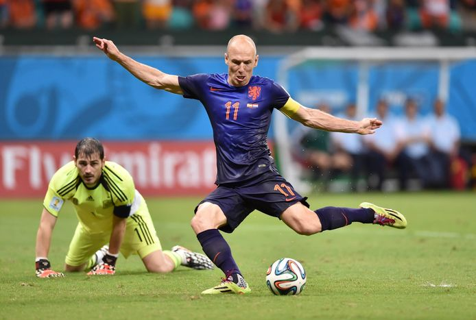 Casillas kijkt verslagen toe hoe Arjen Robbben scoort.