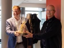 Leon Klaczynski krijgt Beste Buur Bokaal in Haaksbergen