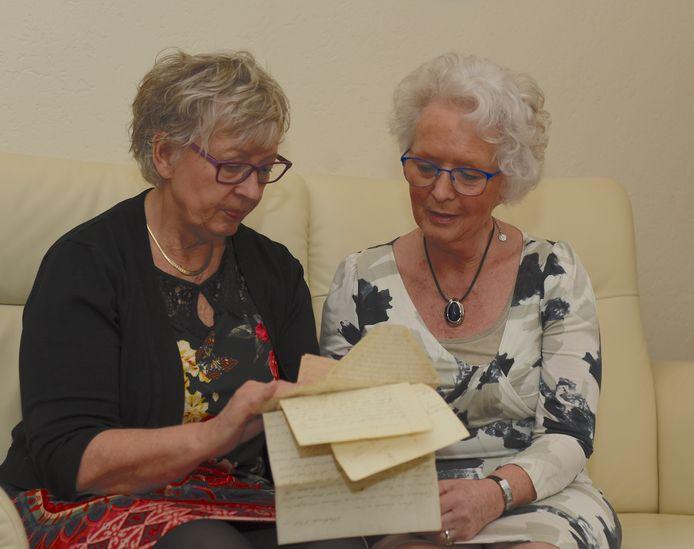 Eveline Lenderink (links) uit Haaksbergen en haar nicht Greta Kuijt vonden brieven van familie uit Nederlands-Indië