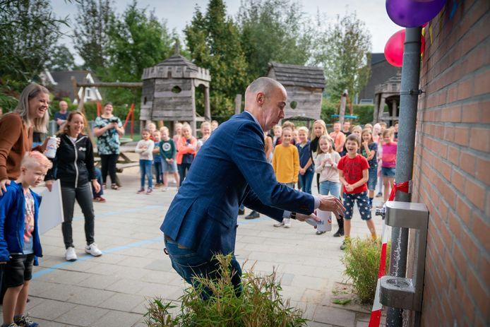 Het watertappunt op de Julianaschool in Heteren is officieel geopend door wethouder Wijnte Hol.