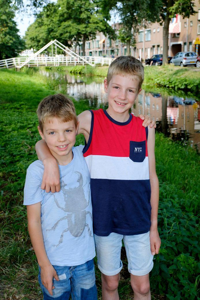Leander (rechts) redde de baby, terwijl zijn broertje Silvian (links) hulp haalde.