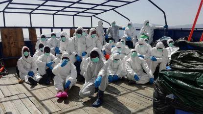 Op zee geredde migranten zitten in isolatie op veerboot voor kust Sicilië