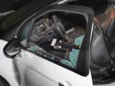 Ruiten van geparkeerde auto gesprongen door vuurwerk in Oss, verdachte gevlucht