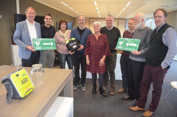 Jerico Moeyersons (tweede van links) schonk de AED-kit aan het gemeentebestuur.