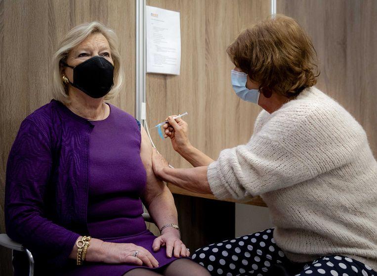 Demissionair staatssecretaris Ankie Broekers-Knol kreeg woensdag een coronavaccinatie. De VVD-bewindsvrouw was het eerste lid van het kabinet dat werd ingeënt. Beeld ANP