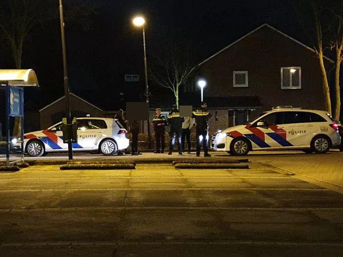 De politie controleert jongeren in het centrum van Wijchen.