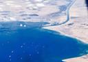 Schepen wachten tot ze weer door het Suezkanaal kunnen varen.