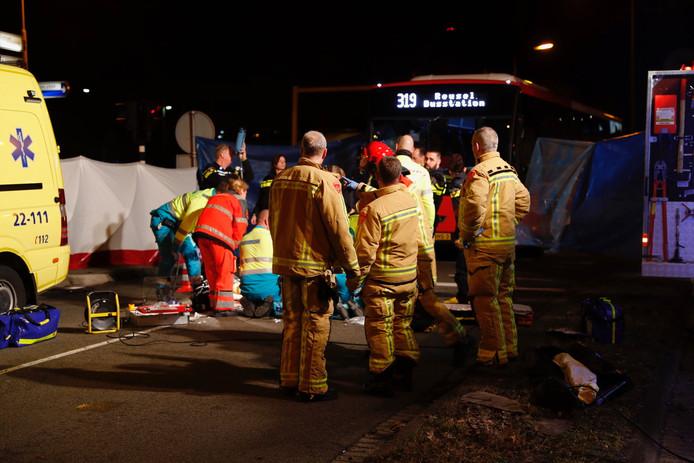 Er zijn veel hulpdiensten op de plaats van het ongeluk.