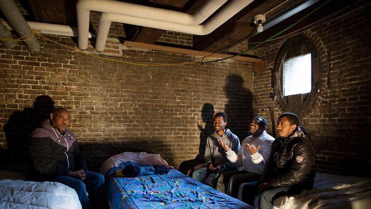 Voormalige bewoners Vluchtkerk verblijven nu in Wereldhuis Beeld Het Parool/Rink Hof