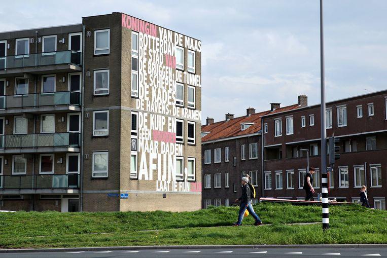 De laatste regels van Rotterdam aan de Meter van Rieneke Grobben, op een muur in Rotterdam. Beeld Sanne Donders