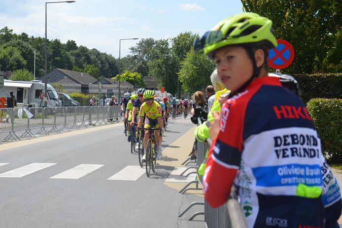 Mauro volgt de renners in de Onderwijslaan tijdens de Grote Prijs Beeckman-De Caluwé in Ninove.