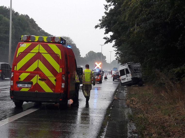 Nadat z'n bestelwagen in de berm belandde, werd de uitgestapte bestuurder gegrepen door een truck.