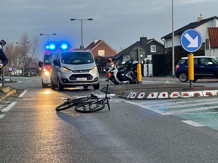 De jonge fietser werd gegrepen door een bestelwagen.