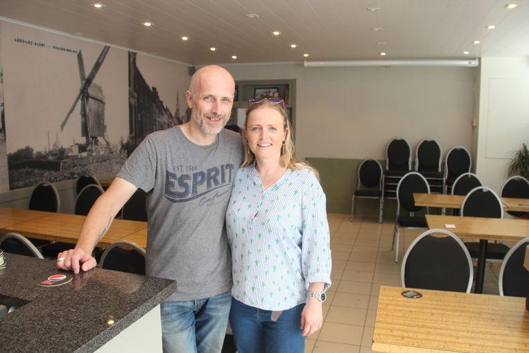 Curd Wauterecht en Lieve Bombeeck verwelkomen graag verenigingen in het zaaltje van het café.