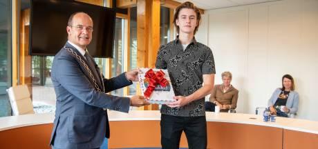 Rijk (21) kan zich rot reizen dankzij cadeau van Brummense burgemeester: 'Zulke helden kunnen we goed gebruiken'