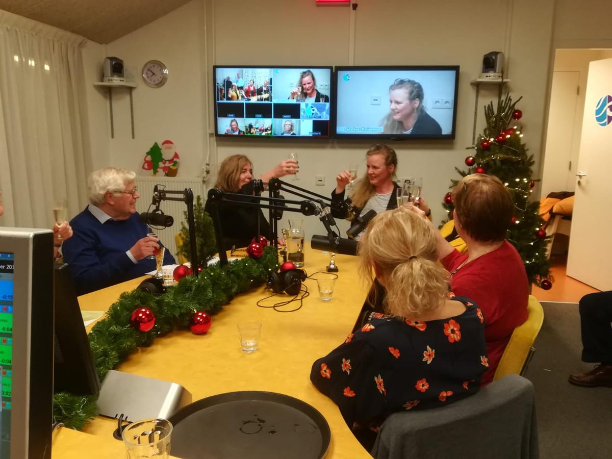 De verkiezing Politicus van het Jaar van de LOG. Met vlnr: Wil van der Kruijs, Marijo Immink, Tess van de Wiel en rechts op de rug gezien Pernell Criens en Janneke van den Hout.