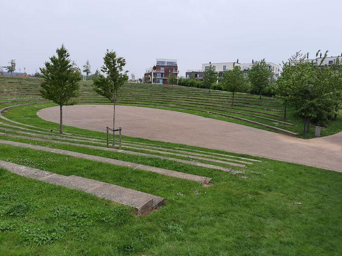 Het amfitheater met daarrond de flats. Je kan er langs alle kanten weg.