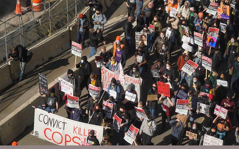 Honderden mensen zakten af naar de rechtbank van Minneapolis. Beeld AP