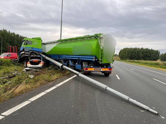 Een vrachtwagen en personenauto waren betrokken bij het ongeluk op de A2.