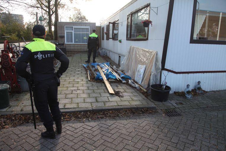 Op meer dan veertig plekken in Nederland heeft de politie vanochtend huiszoekingen verricht, zoals hier in een woonwagenkamp nabij de stad Amersfoort (provincie Utrecht).