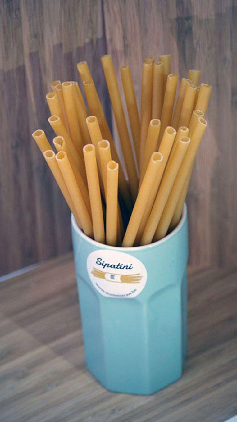 De rietjes zijn gemaakt van pasta en zijn volkomen eetbaar, en anders breken ze binnen de 30 uur af.