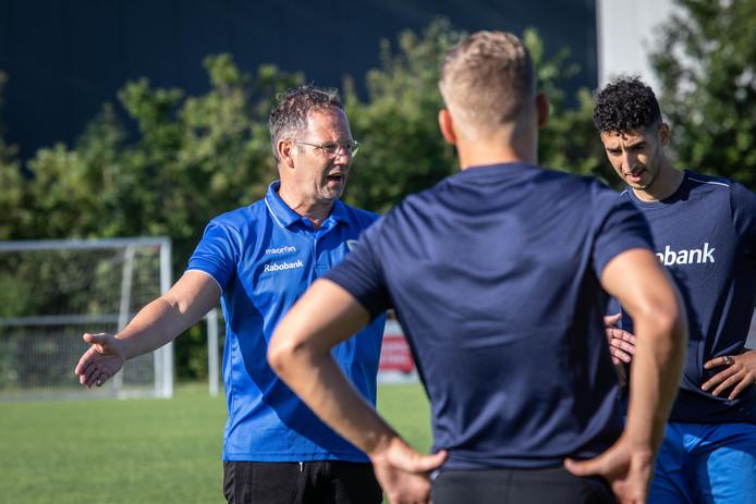 Dolf Roks (links), trainer van het Zeeuws elftal.