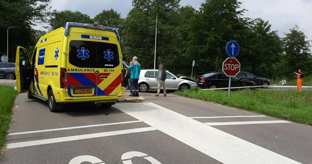 Gewonde bij aanrijding in Enschede: lantaarnpaal omvergereden.