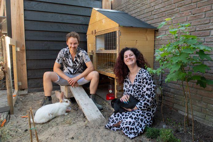 Dierenliefhebbers Marlinde van Twist en Roy Snoeren hebben drie konijnen. Die hebben twee ruime verblijven, een binnen en een buiten.