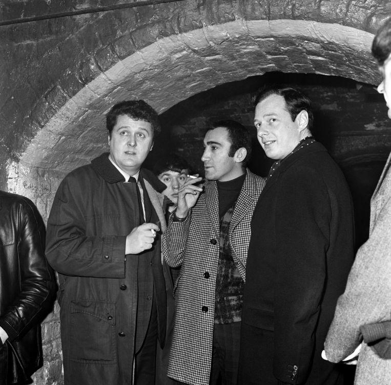 Lionel Bart, Alun Owen en Beatles-manager Brian Epstein voor de Cavern Club in Liverpool, 1964. Beeld