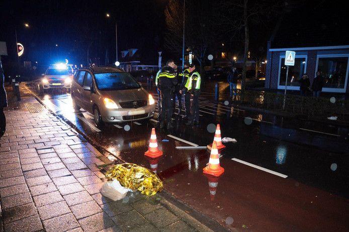 De politie doet onderzoek bij de plek van het ongeval.