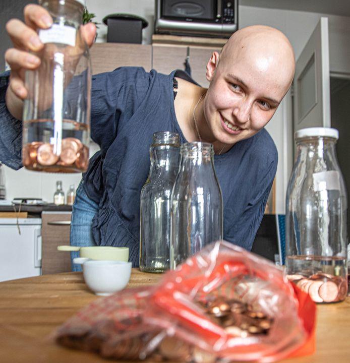 De Belgische studente Sarah-Diana Vandercruysse (22) doet onderzoek met euromuntjes naar aanleiding van de legende over de Zwolse blauwvingers.