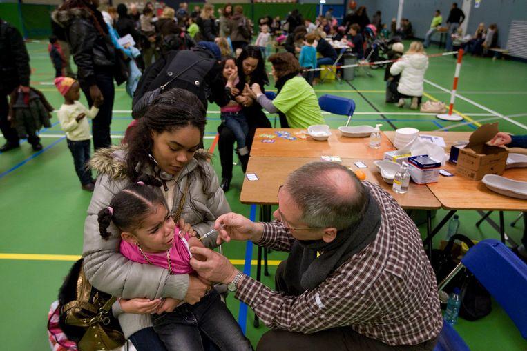 Vaccinaties tegen de Mexicaanse griep in 2009. Beeld Hollandse Hoogte /  ANP