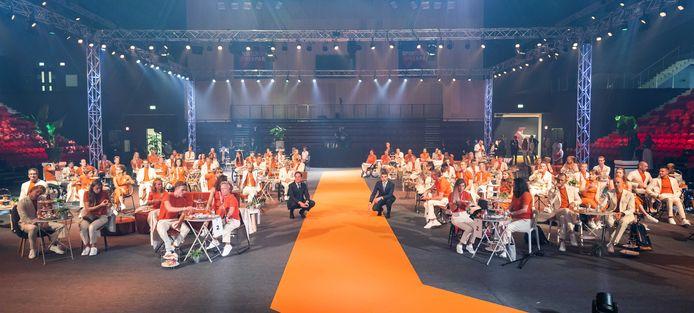 Demissionair premier Mark Rutte en staatssecretaris Paul Blokhuis van Volksgezondheid, Welzijn en Sport in gesprek met de atleten tijdens de huldiging van het paralympisch TeamNL in Sportcampus Zuiderpark.