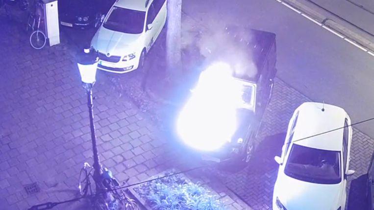 In de nacht van 14 juli op 15 juli stak een man een geparkeerde Mercedes in brand op de Plantage Parklaan.  Beeld Politie