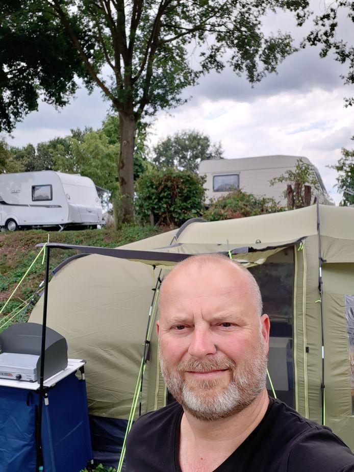 """Corné Leijten (51, Etten-Leur) op de camping in de buurt van Nijmegen. ,,Een slaapplek, keukentje en douche, meer heb ik niet nodig."""""""