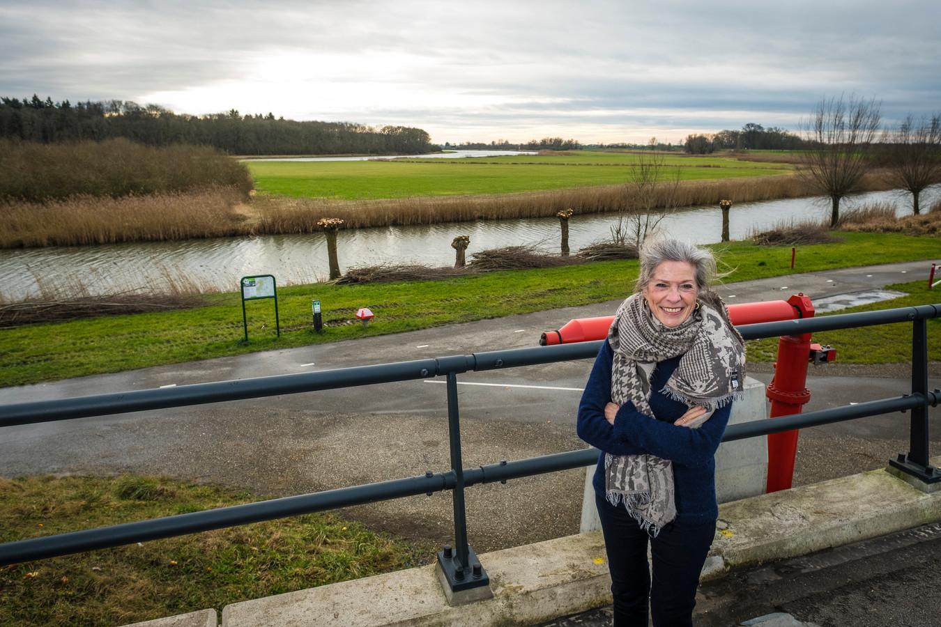 Dijkgraaf Tanja Klip bij de inlaat van de hoogwatergeul bij de IJssel in Veessen: ,,Dit stukje is ons waterschap in het klein.''