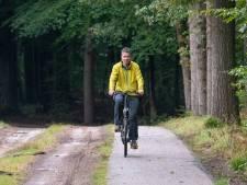 Nico fietst naar Arnhem om te vragen hoe het zit met de verbreding van de fietspaden in Ermelose bossen