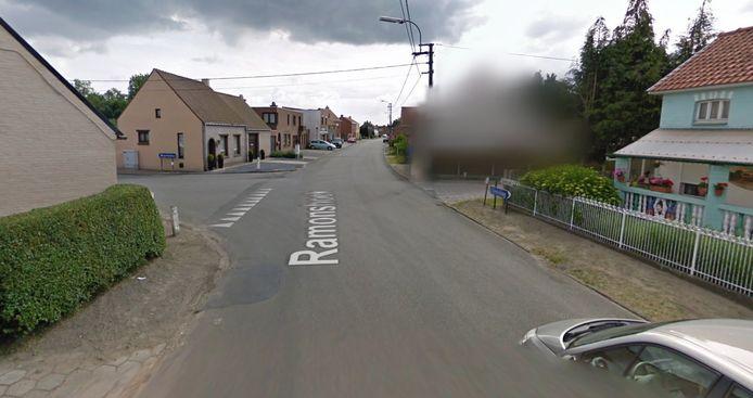 Op het kruispunt tussen Axelvaardeken, Ramonshoek en de Stationsstraat probeerde een man in een zwarte wagen het spelertje mee te lokken.