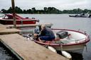 Bij Het Groene Eiland maken ook booteigenaren hun vaartuig goed vast vanwege het verwachte hoge watere van Elk