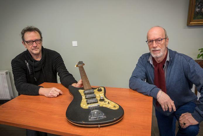 Lowie Seuntjens (links) met de 'Trabant' onder de gitaren en Henk van de Klundert.