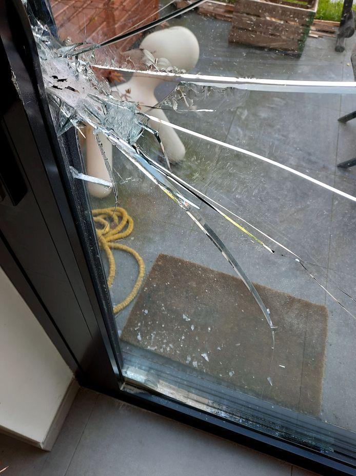De schuifdeur werd in Zwijnaarde met fors geweld opengebroken.