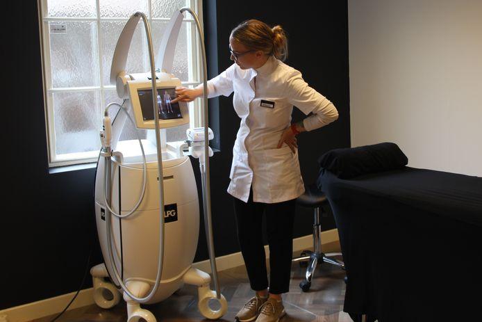 Tamara de Boer in een van de vier behandelkamers van haar salon Beau D'or.