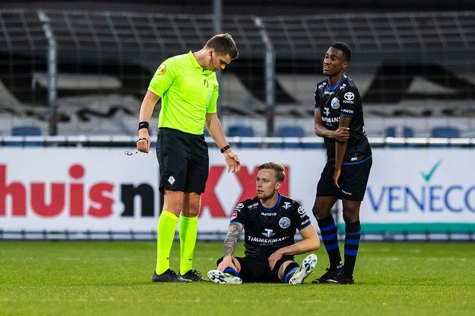 Junior van der Velden zit geblesseerd op het veld en kan niet verder in de gewonnen uitwedstrijd (2-6) tegen FC Dordrecht van vorige week. Kevin Felida (rechts) zou later ook geblesseerd uitvallen. Beide spelers zijn vrijdag een vraagteken bij FC Den Bosch.
