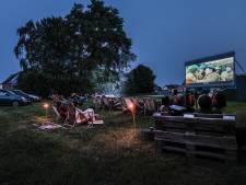 Drive-in bioscoop in Toldijk: Onder de sterrenhemel filmkijken vanuit een luie stoel, of je auto