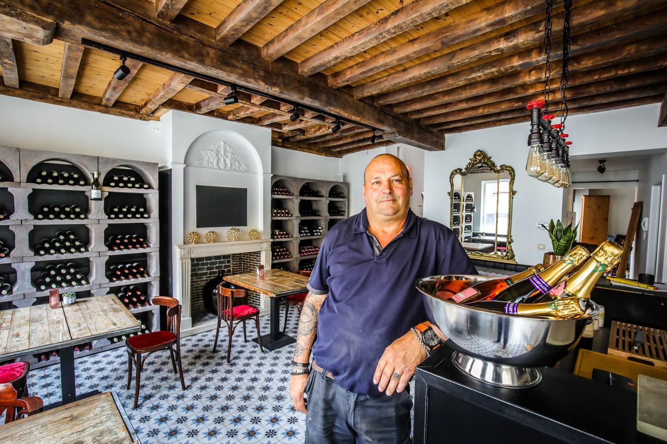 René Elias glundert: hij begroet zondag de eerste klanten in wijnzaak Cavelia.