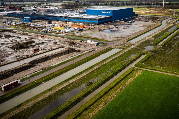 Een distributiecentrum van Bol.com in Waalwijk. Overal in het land verrijzen grote dozen, oftewel distributiehallen die volgens critici het landschap verpesten.
